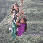 Kinder auf Nepalischaukel
